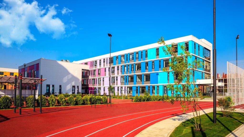 Одна из лучших по оснащению столичных школ открылась в Новых Ватутинках