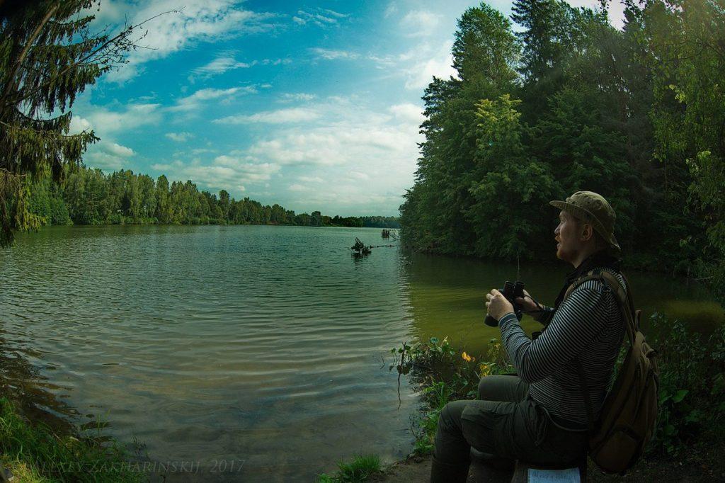 10 сентября 2017 года. Иван Неслухов- ский наблюдает за птицами на Ильинском пруду. Фото: Алексей Захаринский