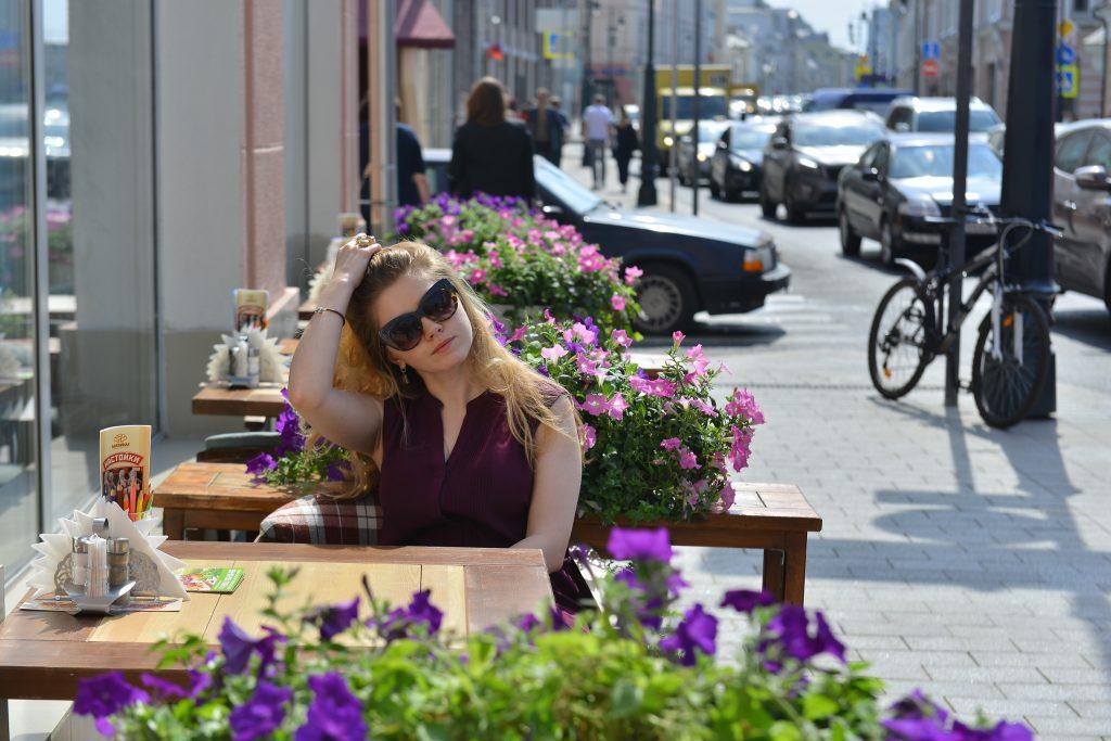 Сейчас здесь хватает места и пешеходам, и уличным кафе. Фото: Наталья Феоктистова