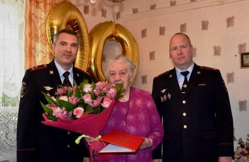 Сотрудники полиции Новой Москвы поздравили ветерана с юбилеем