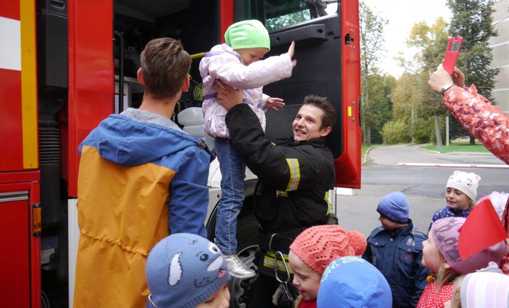 Пожарные и спасатели организовали праздник безопасности для дошколят Новой Москвы