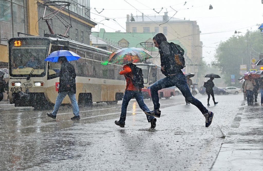 МЧС Москвы выпустило экстренное предупреждение о грозе в среду