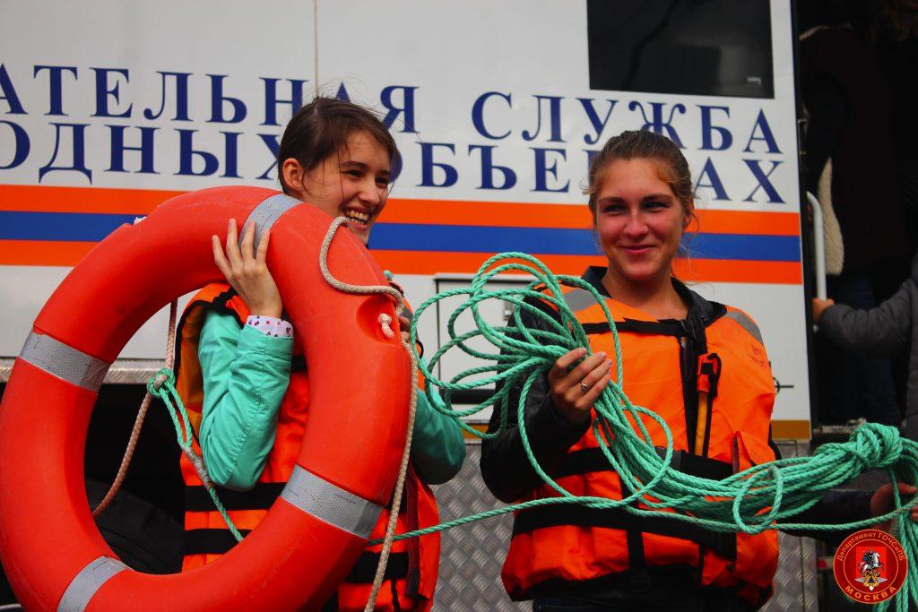Москвичей познакомили с новейшей пожарно-спасательной техникой