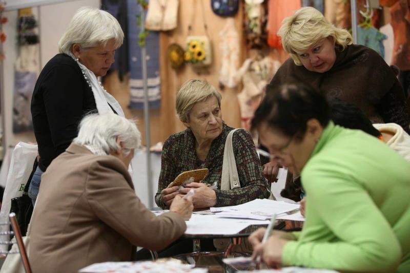 Центры соцобслуживания поздравят пенсионеров с Днем старшего поколения