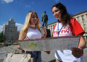 Активисты проконсультируются с экскурсоводами при разработке логотипа. Фото: Александр Кожохин