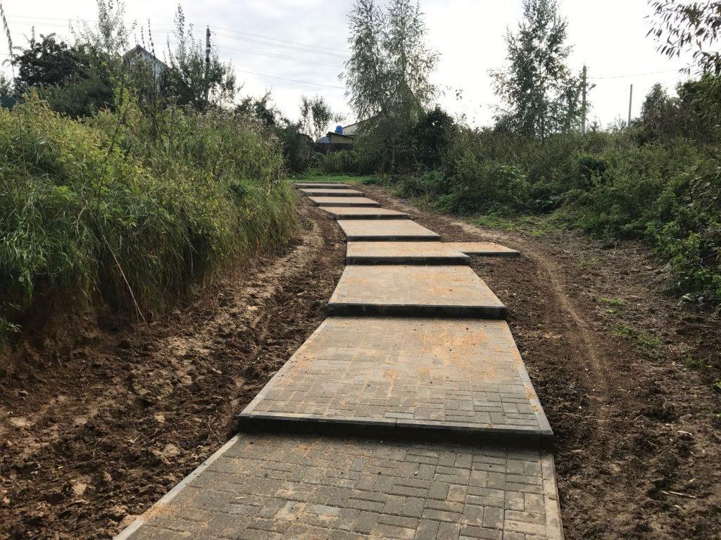 Пешеходные дорожки к мосту в деревне Страдань сделали в Краснопахорском. Фото: администрация поселения Краснопахорское