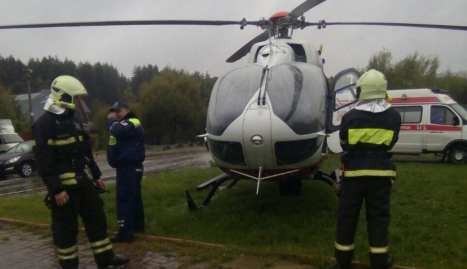 С места аварии в данный момент экипаж вертолета эвакуирует одну пострадавшую женщину. Фото: пресс-служба Управления по ТиНАО Департамента ГОЧСиПБ