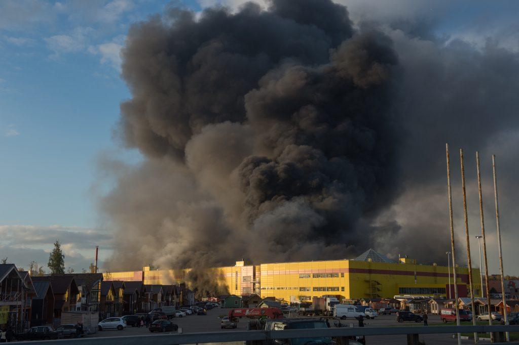 Авиация участвует в тушении крупного пожара в торговом центре на МКАДе
