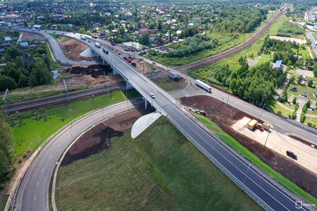 9 августа 2017 года. Открытие нового автодорожного путепровода в Крекшине помогло справиться с пробками. Фото: пресс-служба мэра и Правительства Москвы