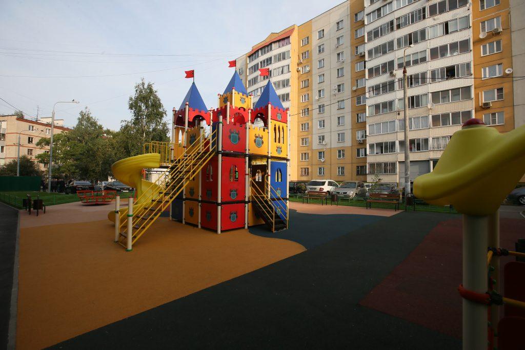 13 сентября 2017 года. Преобразившийся по программе благоустройства двор в Щербинке. Фото: Виктор Хабаров