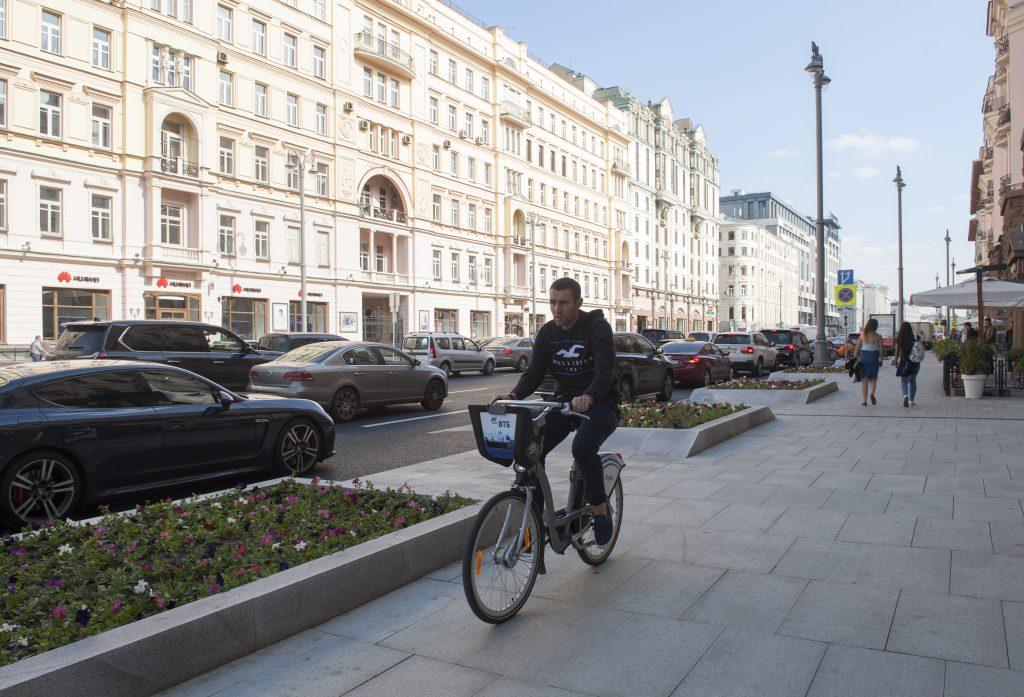 1 сентября 2017 года. После благоустройства на Тверской стало комфортно и пешеходам, и велосипедистам. Фото: сайт photoxpress