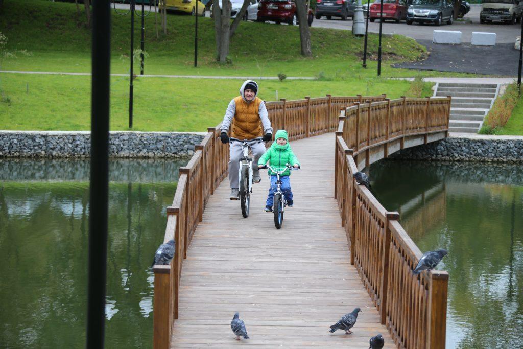 1 октября 2017 года. Житель Мосрентгена Андрей Проказа с сыном Владимиром часто катаются на велосипедах в новом парке. Фото: Владимир Смоляков
