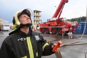 Специалисты начали извлекать из пруда на юго-западе Москвы утонувшую машину