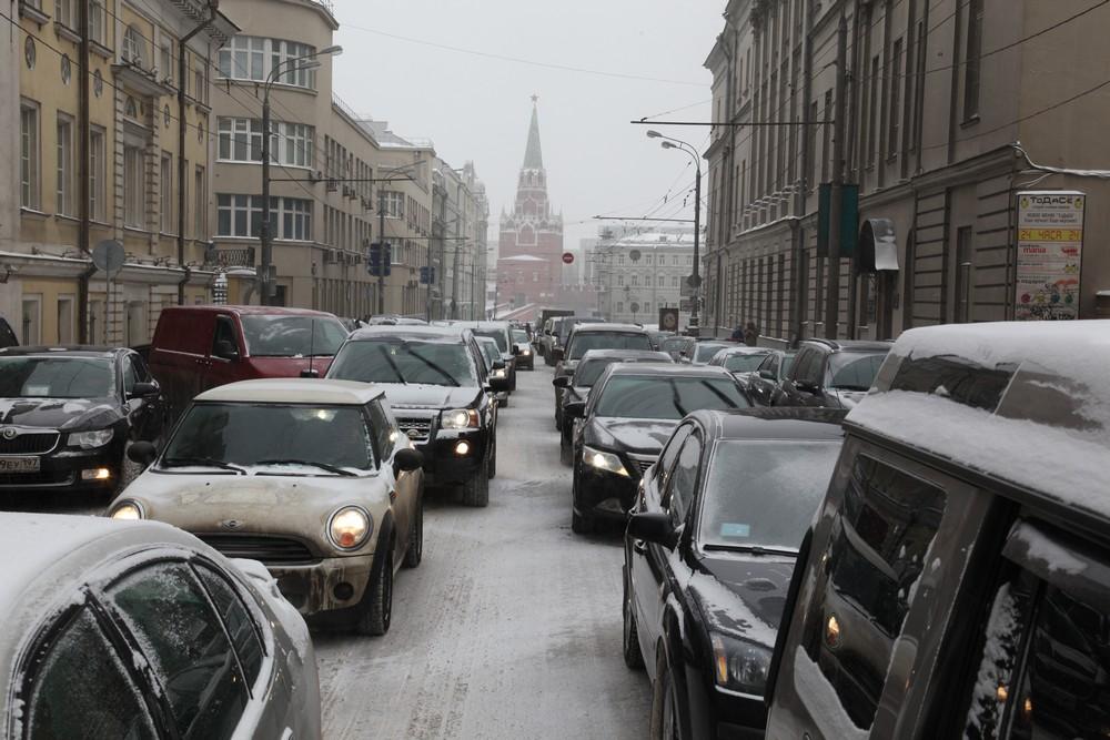 Московских водителей напугали метелью и пробками 27 октября