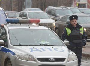 Полиция выясняет обстоятельства столкновения грузовика и легковушки под Москвой