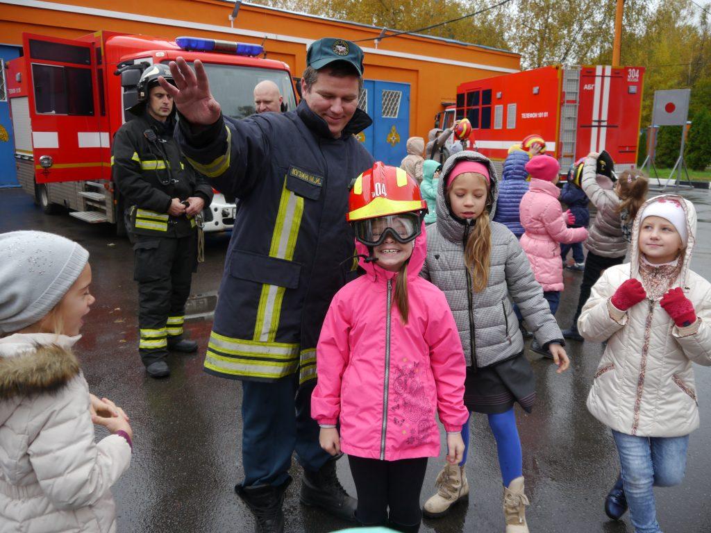 Экскурсию в пожарную часть организовали для юных новомосквичей