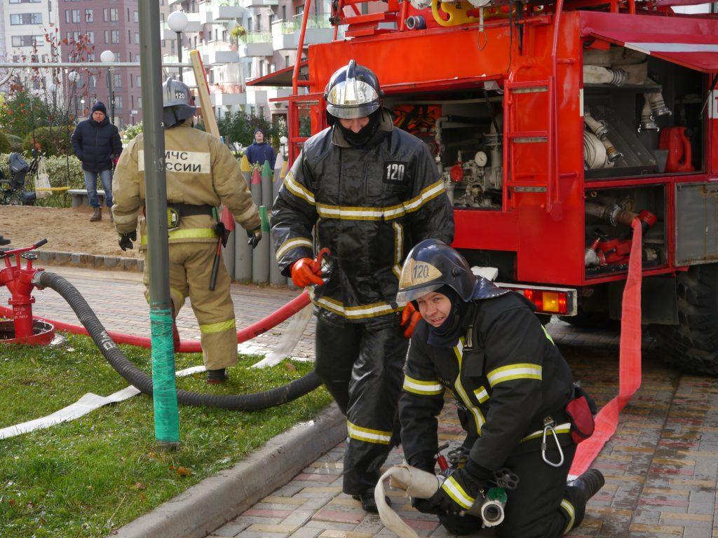 Учение по тушению пожара в высотном здании провели подразделения пожарно-спасательного гарнизона Новой Москвы