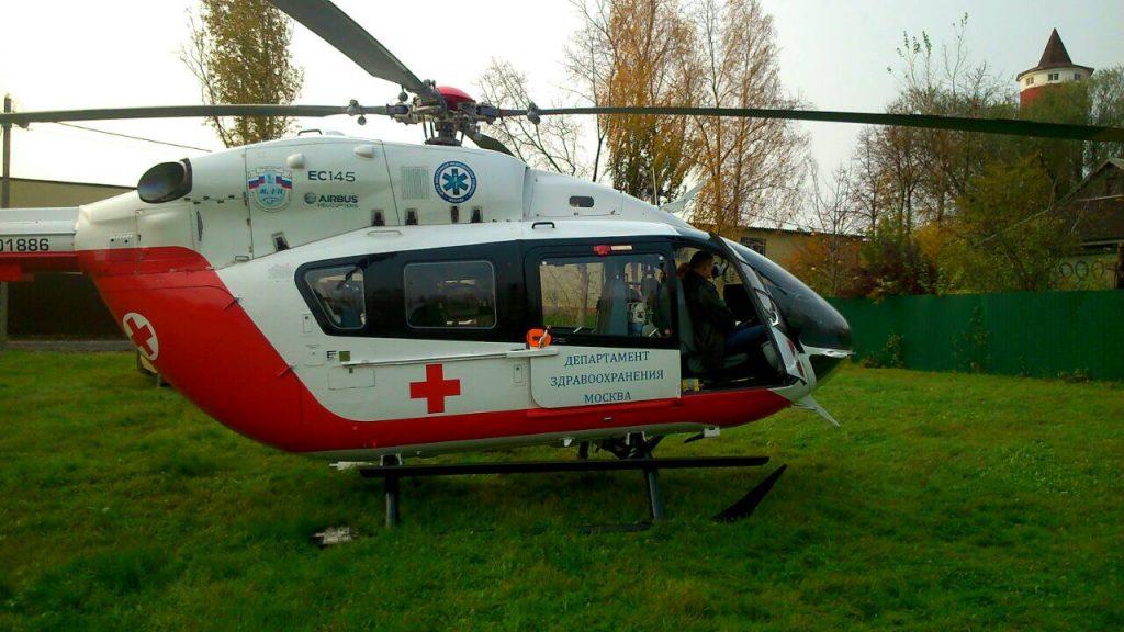 Вертолет эвакуировал мужчину после падения с высоты в ТиНАО. Фото: Пресс-служба Управления по ТиНАО Департамента ГОЧСиПБ