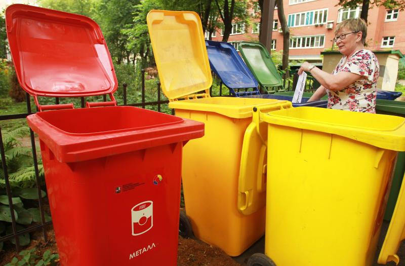 """Контейнерные площадки для мусора реконструируют в Новофедоровском. Фото: Наталия Нечаева, """"Вечерняя Москва"""""""