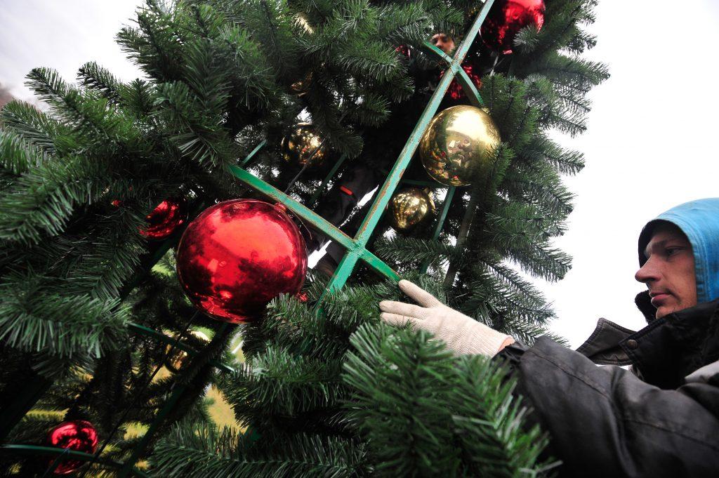 Ели, гирлянды и разноцветные шары: Вороновское украсят к Новому году