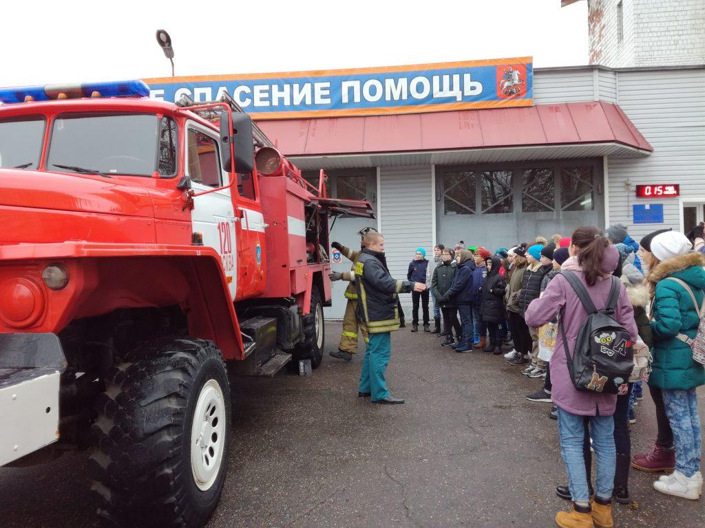 Ученики школы №2070 поблагодарили сотрудников 120 пожарно-спасательной части за экскурсию
