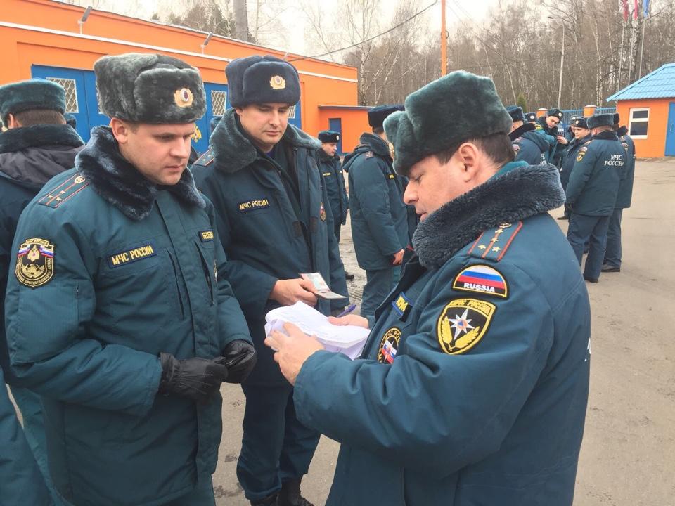 Строевой смотр в связи с переходом на зимнюю форму одежды прошел на территории пожарно-спасательной части Троицка