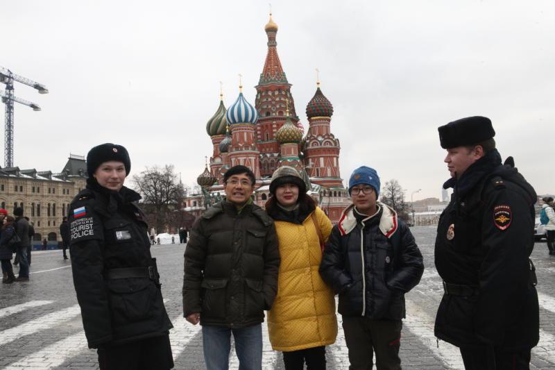 Москва увеличила число нарядов туристической полиции для парка «Зарядье»