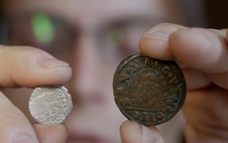 """В настоящее время бывшие 10-рублевые монеты могут оцениваться в несколько десятков или даже сотен тысяч рублей. Фото: Сергей Шахиджанян, """"Вечерняя Москва"""""""