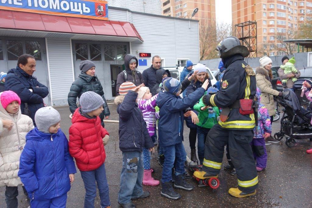 Пожарные провели экскурсию для учеников «Умной школы» поселка Коммунарка
