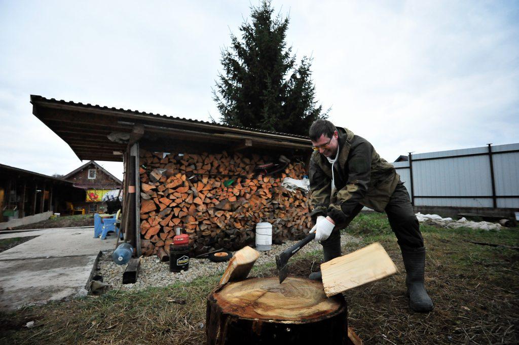 Староста села Сергей Жуков воскресным утром рубит дрова. Фото: Пелагия Замятина