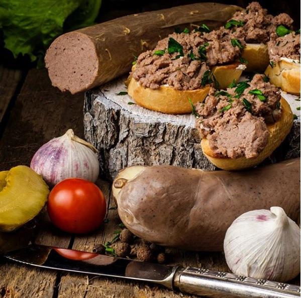 Бутерброды с ливерной колбаской и зеленью украсят стол. Валентин Звегинцев