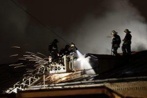На месте инцидента работают около 10 пожарных расчетов. Фото: Анна Иванцова