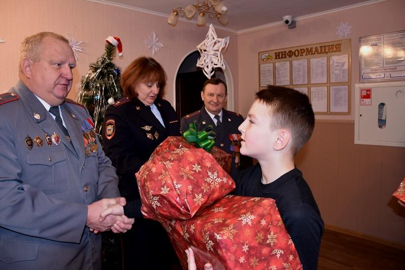 Полицейские поздравили с Новым годом воспитанников детского дома