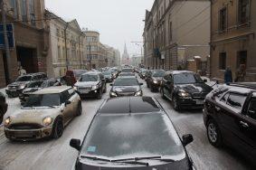 Пробки на дорогах Москвы выросли из-за снега