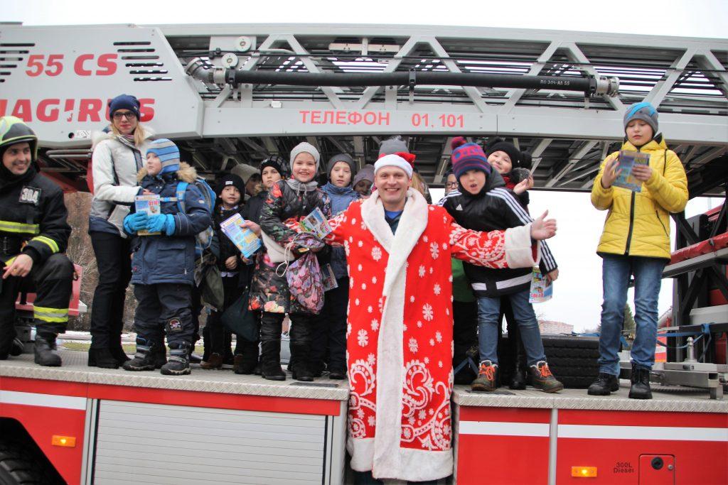 Пожарный Дед Мороз принял участие в празднике для детей