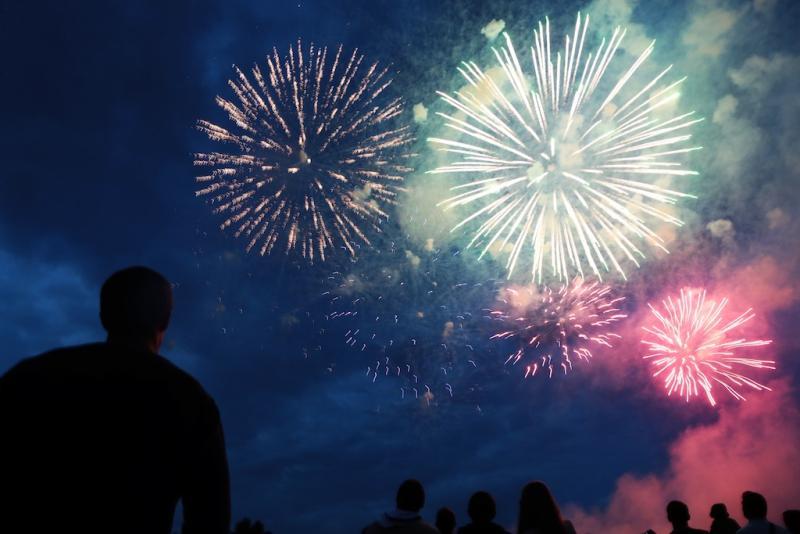Новогодние фейерверки запустят на двух площадках в Новой Москве