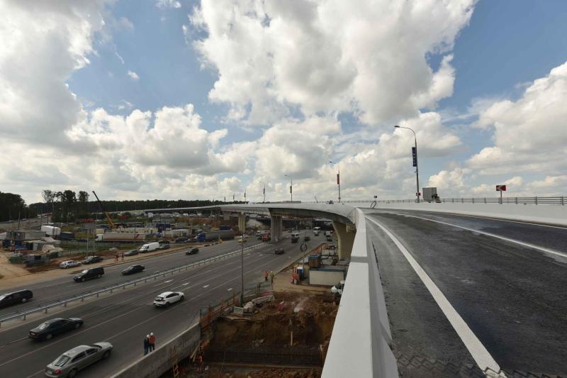 Монтаж конструкций путепровода завершили на участке Калужского шоссе