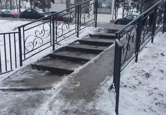 Поручни и спуски появились возле остановки «Школа» в Десеновском