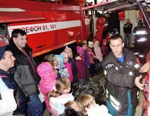 Пожарные провели экскурсию для детей и их родителей в Коммунарке. Фото: Пресс-служба Управления по ТиНАО ГУ МЧС России по г. Москве