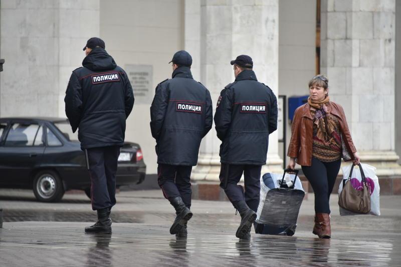 Сотрудники полиции задержали подозреваемых