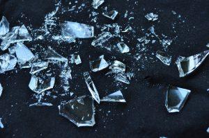 В Дании верят, что разбитая посуда у порога дома принесет успех в Новом году. Фото: pixabay.com
