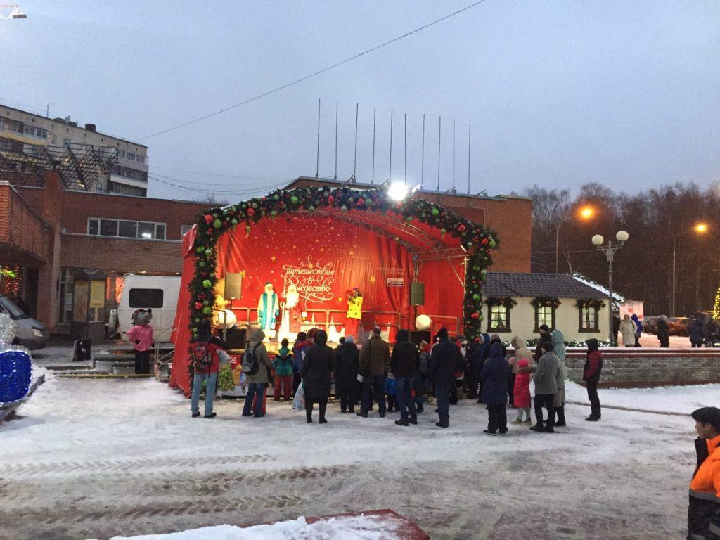 Праздничные представления проводят для детей Дед Мороз и Снегурочка. Фото: Мария Иванова