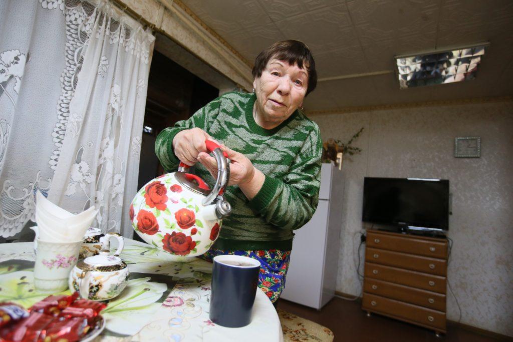 Коренная жительница Староселья Валентина Рослова зовет гостей на чай. Фото: Виктор Хабаров