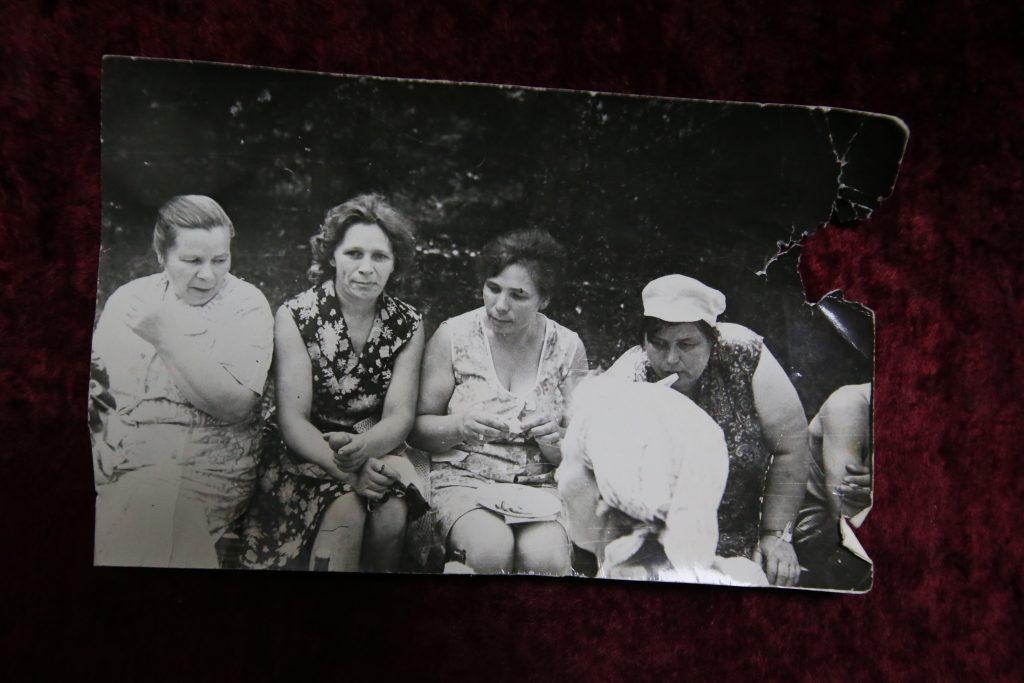 Коренная жительница Староселья Валентина Рослова показывает старый семейный альбом. Фото: Виктор Хабаров