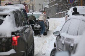 Местами на проезжей части еще остался снег - там будет сложно проехать. Фото: Антон Гердо