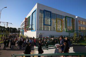 1 сентября 2017 года. Коммунарка. Одна из самых больших школ расположена в ТиНАО. Фото: Владимир Смоляков