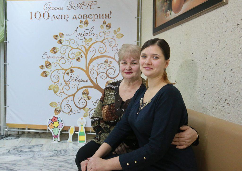 Мама и дочь соединяют сердца