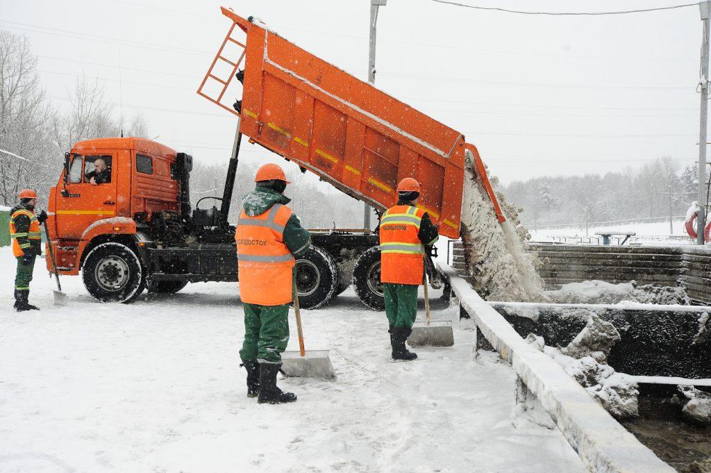 Москву освободили почти от 900 тысяч кубометров снега за сутки