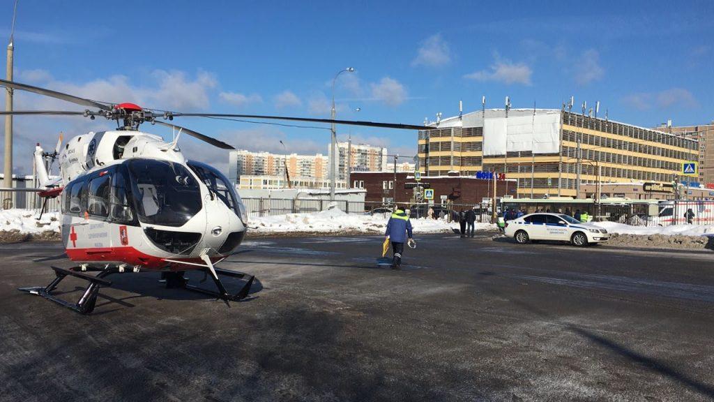 Вертолет Московского авиационного центра вылетелна место происшествия в Новую Москву