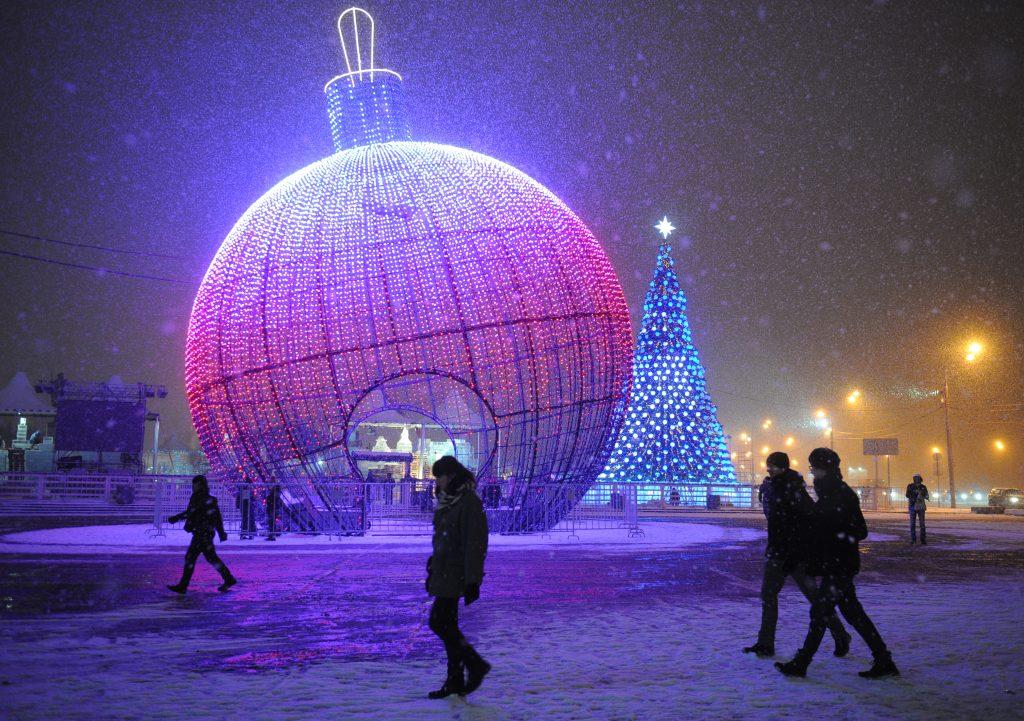 На улицах Москвы стартовал демонтаж последних новогодних украшений
